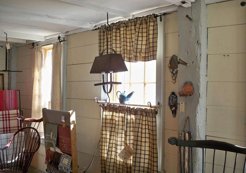 Декорирование окна кухни в частном доме занавесками в стиле кафе