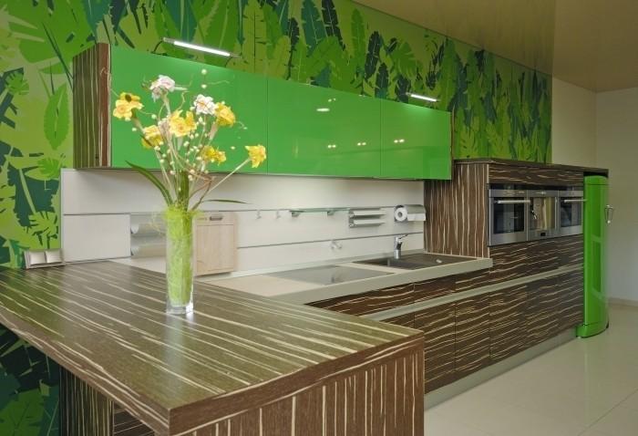 Зелено-коричневая кухня.