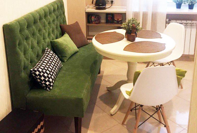 Зеленый диванчик с высокой мягкой спинкой
