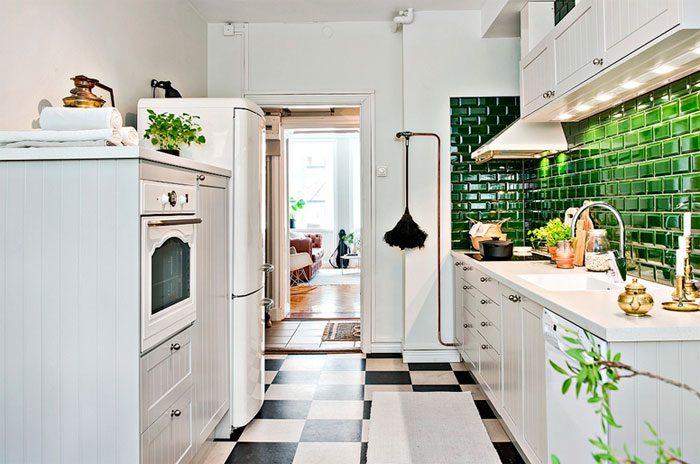 Контрастный фартук в кухне деревенского стиля