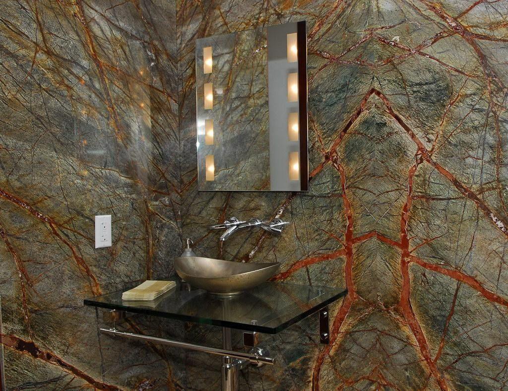 Вкрапления железной руды в мраморной плитке на стене ванной