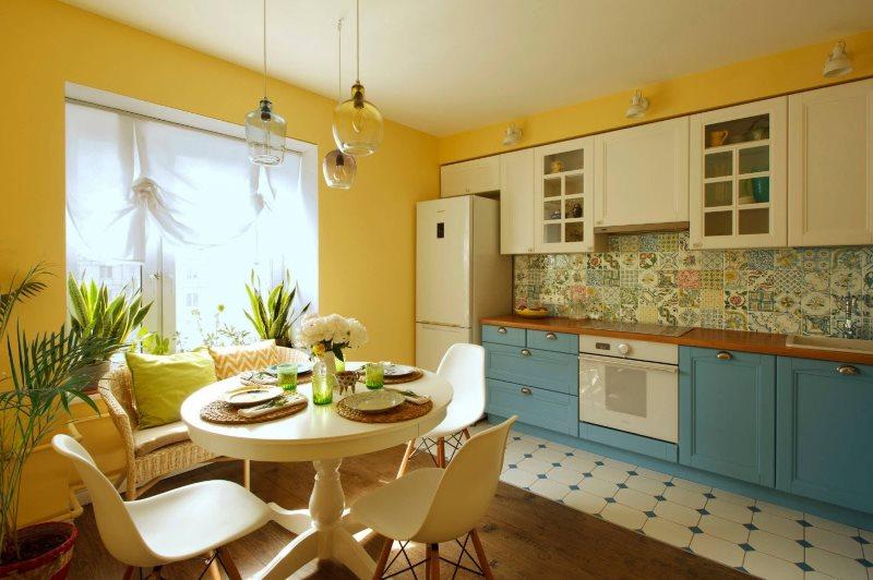 Контрастные фасады кухонного гарнитура линейной планировки