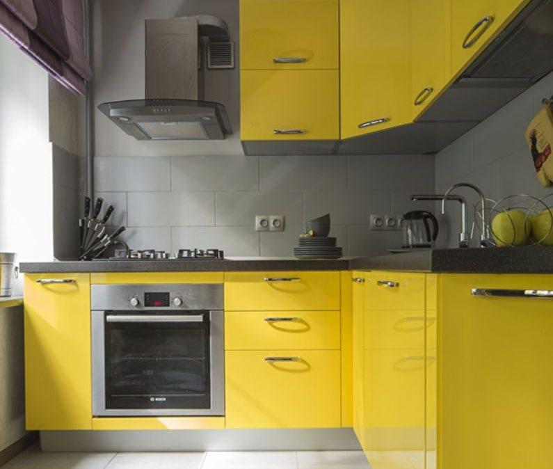 Угловая кухня с желтыми фасадами