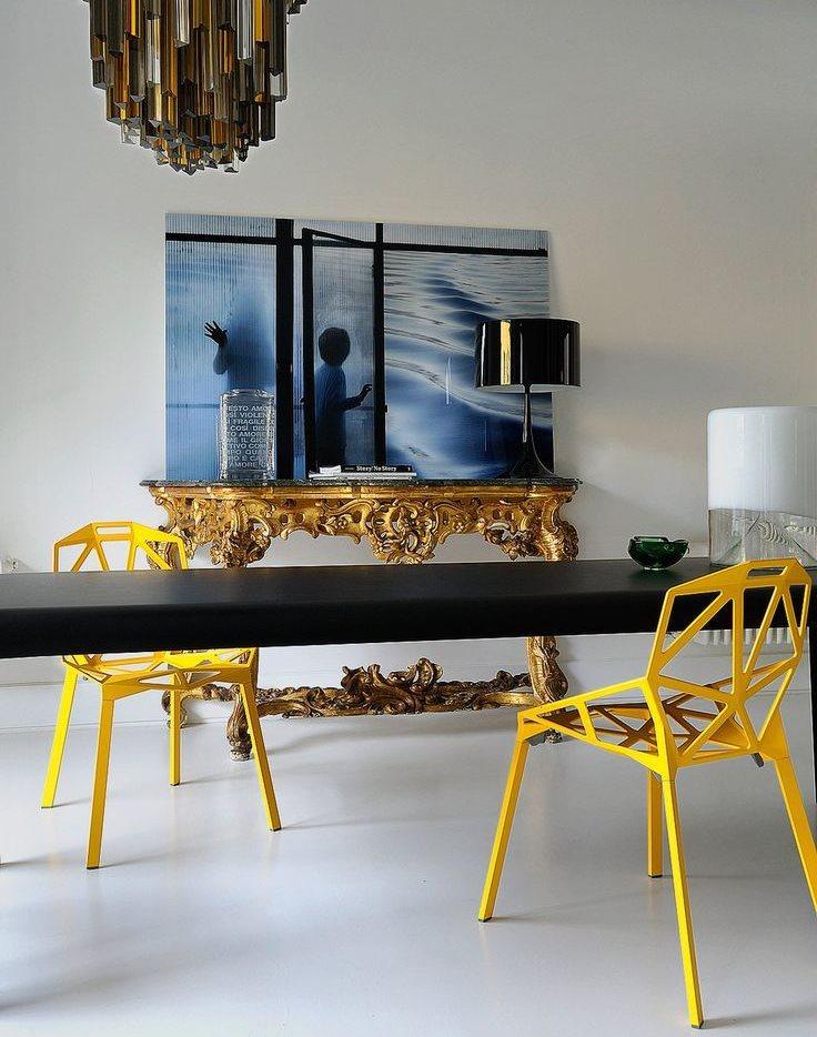 Желтые стулья за обеденным столом