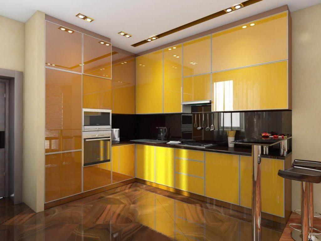 Желтые поверхности стеклянных фасадов кухни