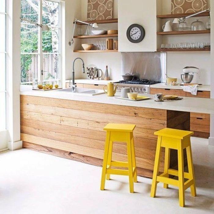 Деревянные полки на стене кухни в сельском доме