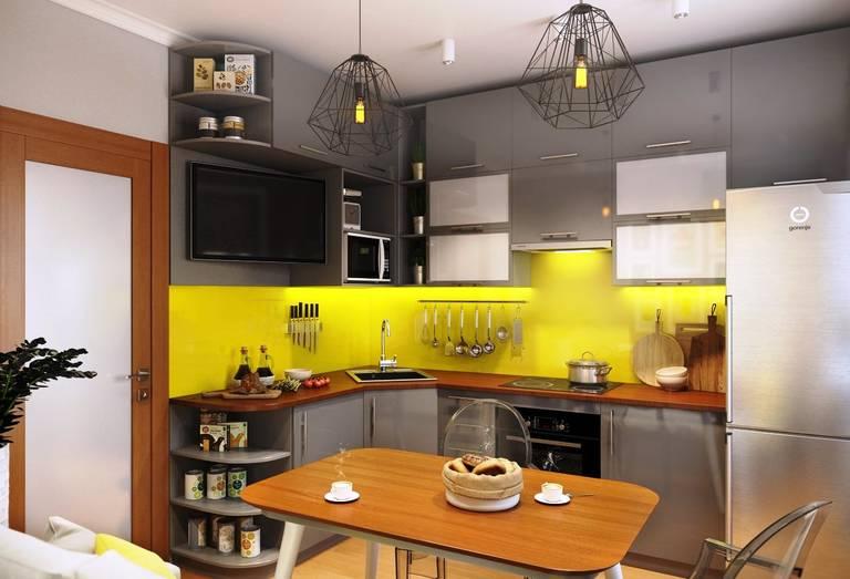 Желтый фартук в кухне с серой мебелью