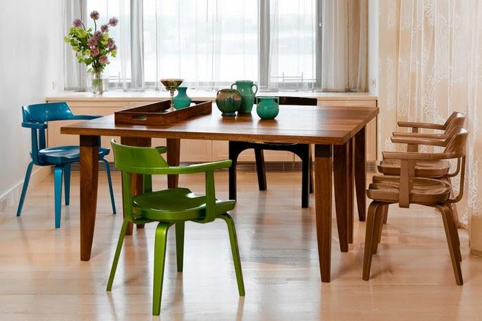 Обеденная зона кухни с жесткими стульями