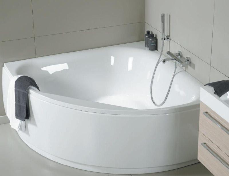 Угловая ванна из акрила в ванной комнате небольшого размера