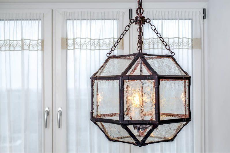 Амбарный светильник в кухне с занавесками из прозрачной ткани