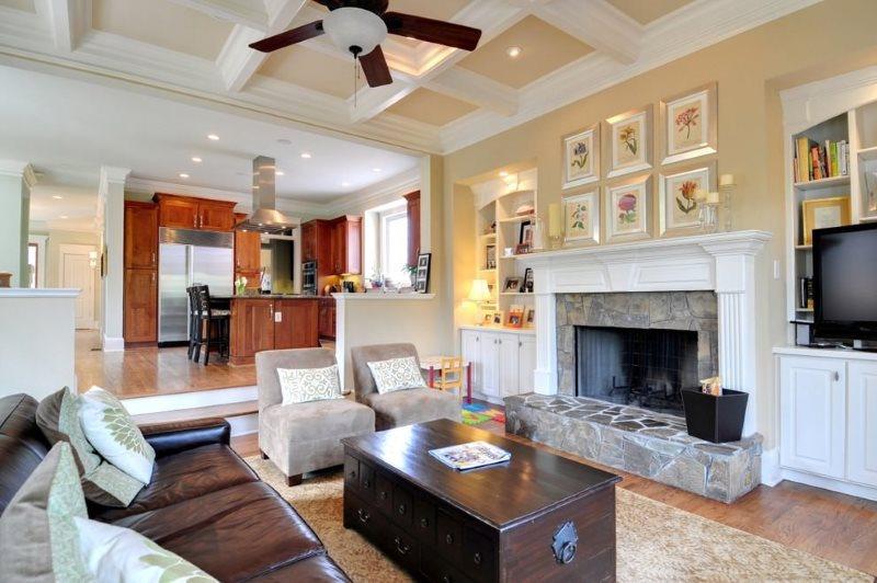 Кухня-гостиная с камином в американском стиле