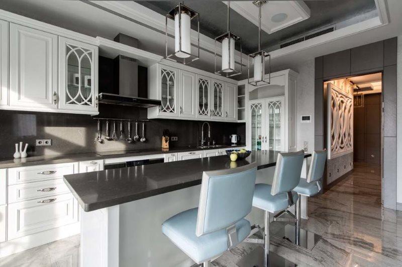 Барная стойка с черной столешницей в кухне американского стиля