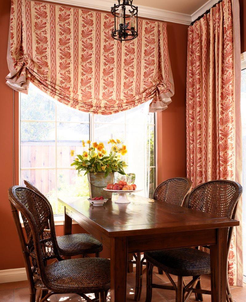 Плотные шторы из натуральной ткани на окне кухни