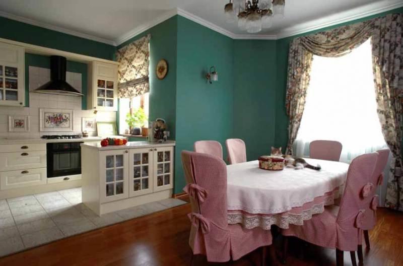 Розовые чехлы на высоких спинках кухонных стульев