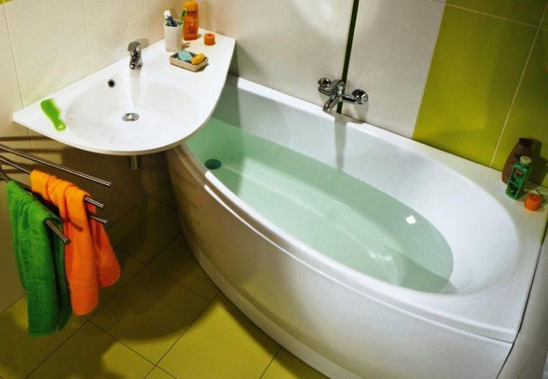 Компактная ванна асимметричной формы в маленьком санузле