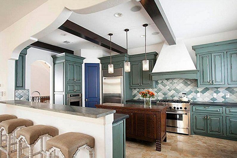 Темные балки на белом потолке кухни