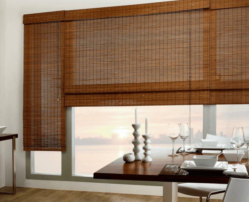 Бамбуковые шторы на окне кухни-гостиной