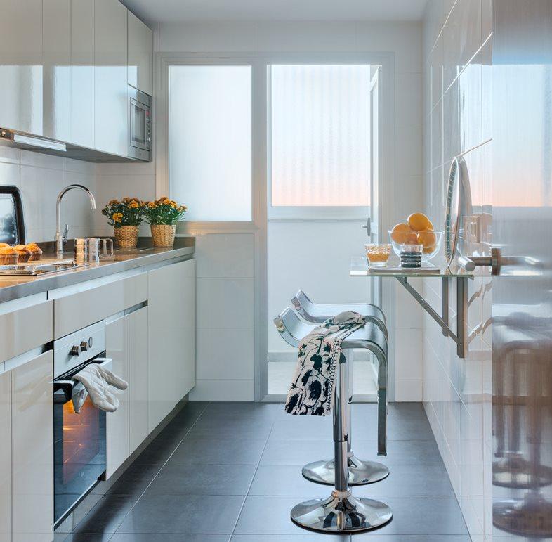 Дизайн узкой кухни с барной стойкой
