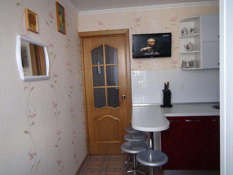 Белая барная стойка в маленькой кухне