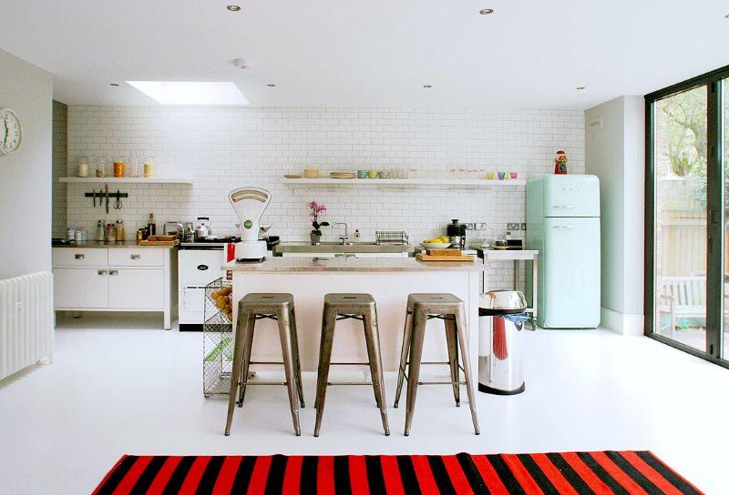 Яркие полосатый коврик в интерьере кухни