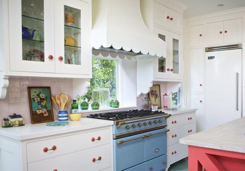 Белая вытяжка купольного типа в кухне сельского дома