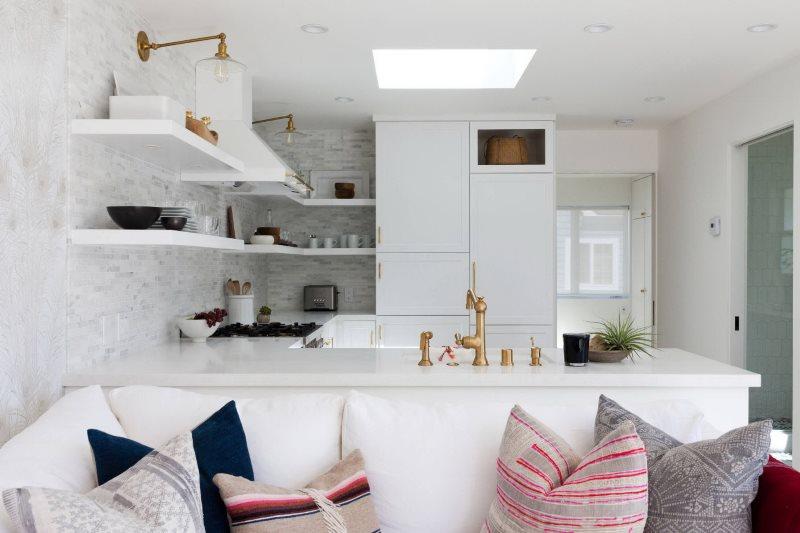 Белая кухня-гостиная в современном стиле