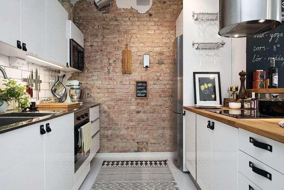 Белая кухня небольшой площади в стиле лофт