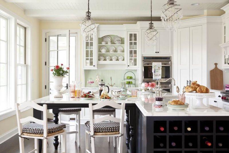Белая мебель в красивой кухне загородного дома