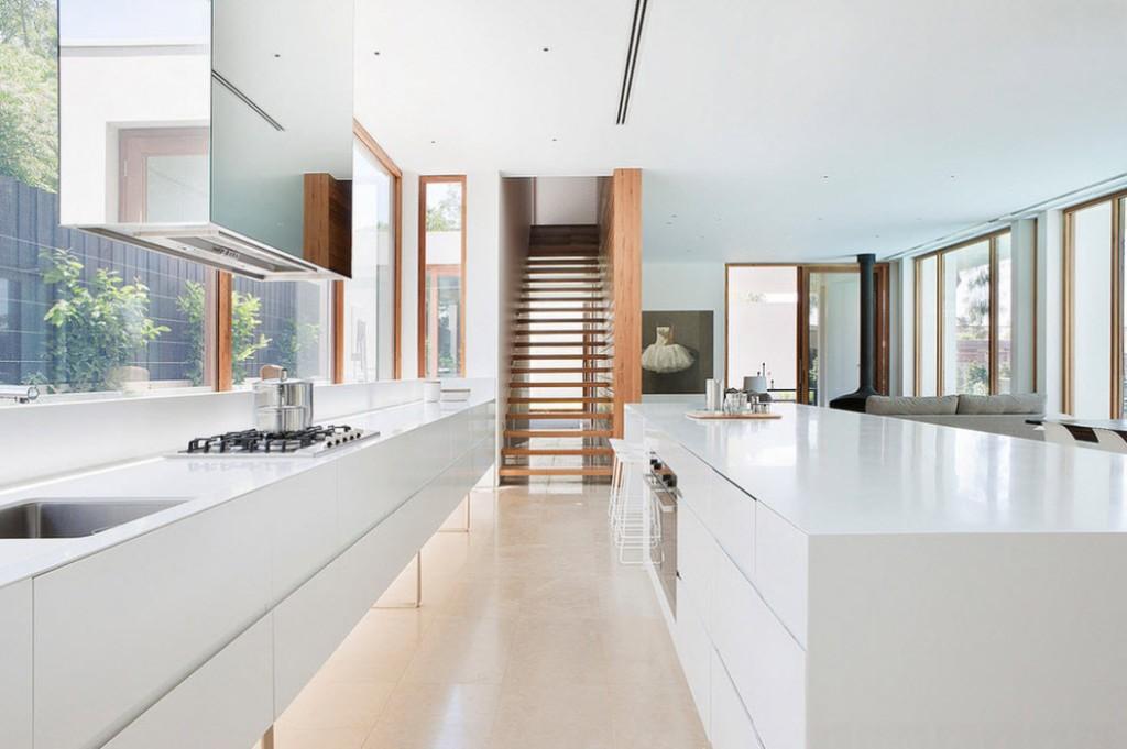 Глянцевые поверхности кухонной мебели белого цвета