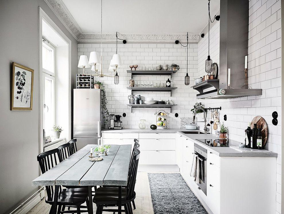 Белые стены кухни в скандинавском стиле