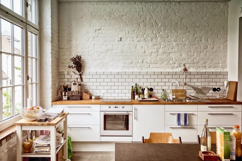 Крашенная стена белого цвета в кухне индустриального стиля