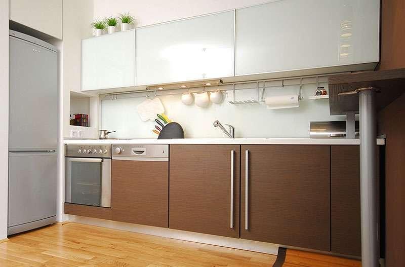 Линейная кухня в современном стиле с фасадами цвета шоколада