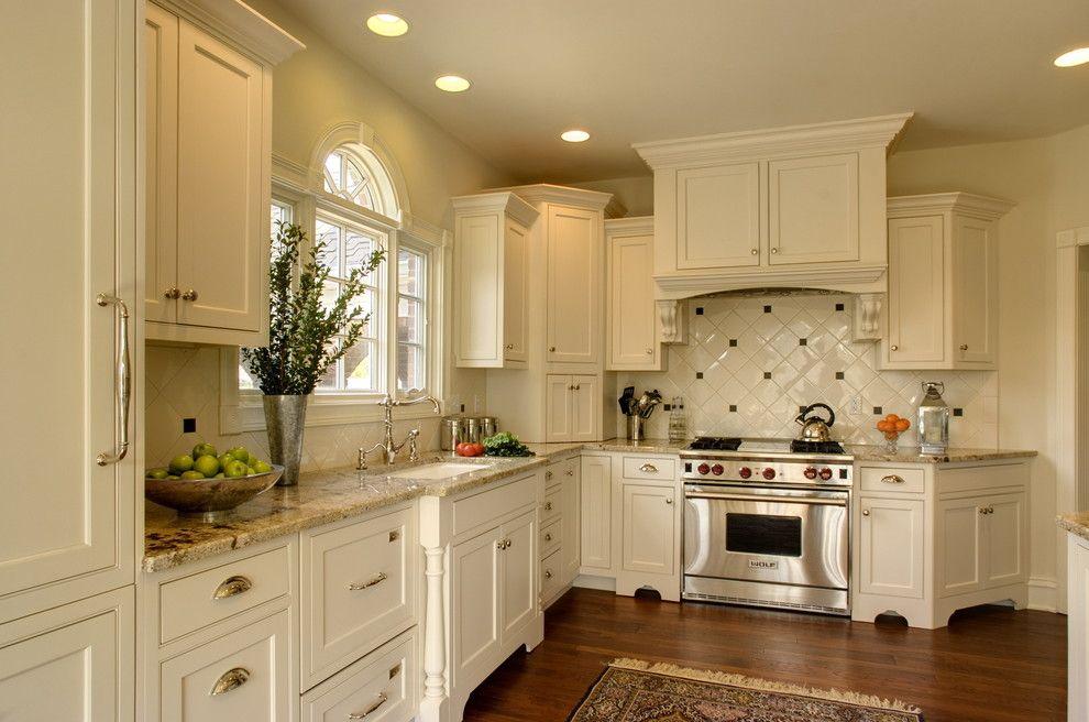 Угловая кухня белого цвета в классическом стиле