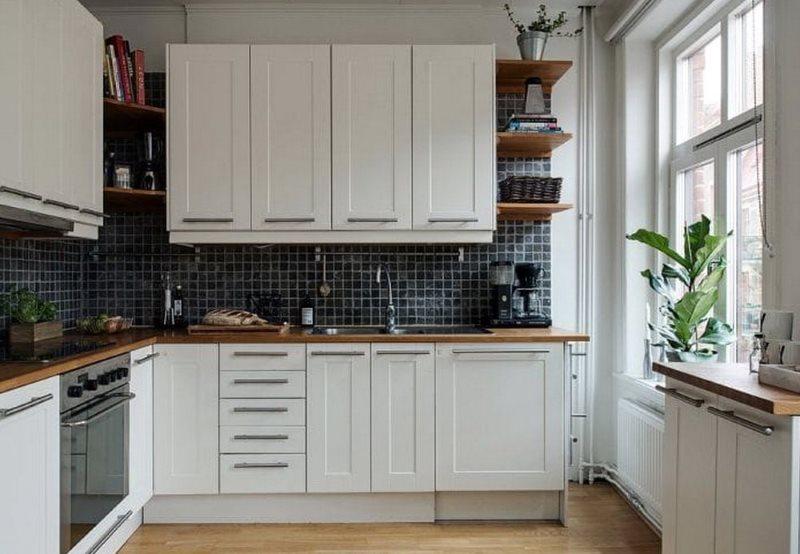 Дизайн белой кухни 9 квадратных метров без штор на окне