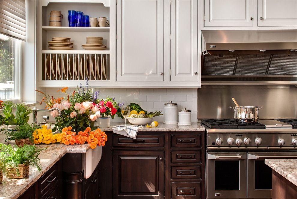 Бело-коричневый гарнитур в кухне частного дома
