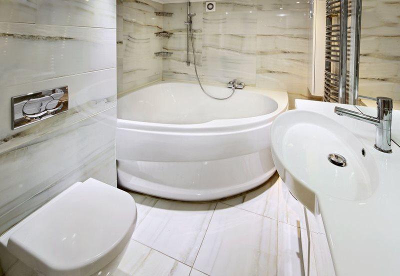 Угловая ванна с плавными линиями