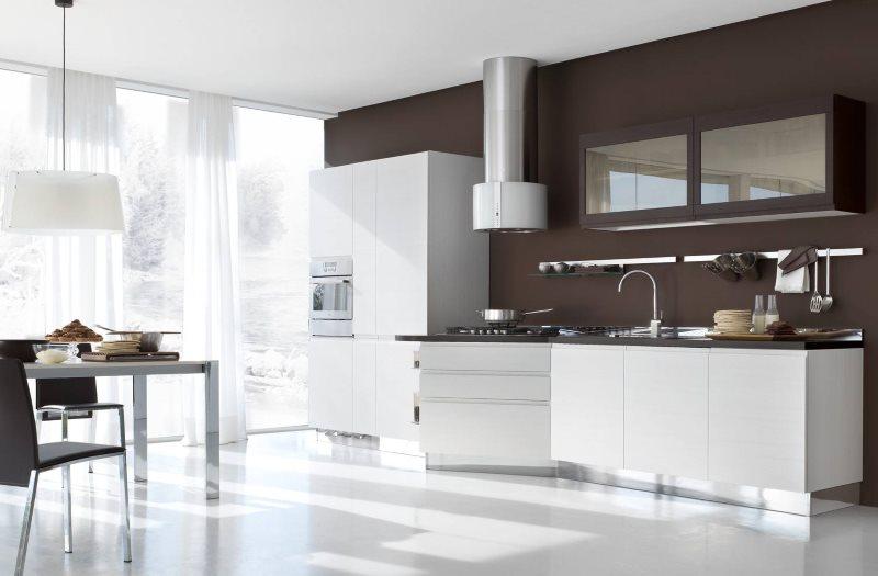 Белый пол кухни с шоколадными стенами