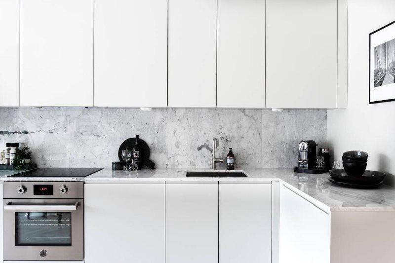 Угловой гарнитур в стиле минимализма с белыми фасадами