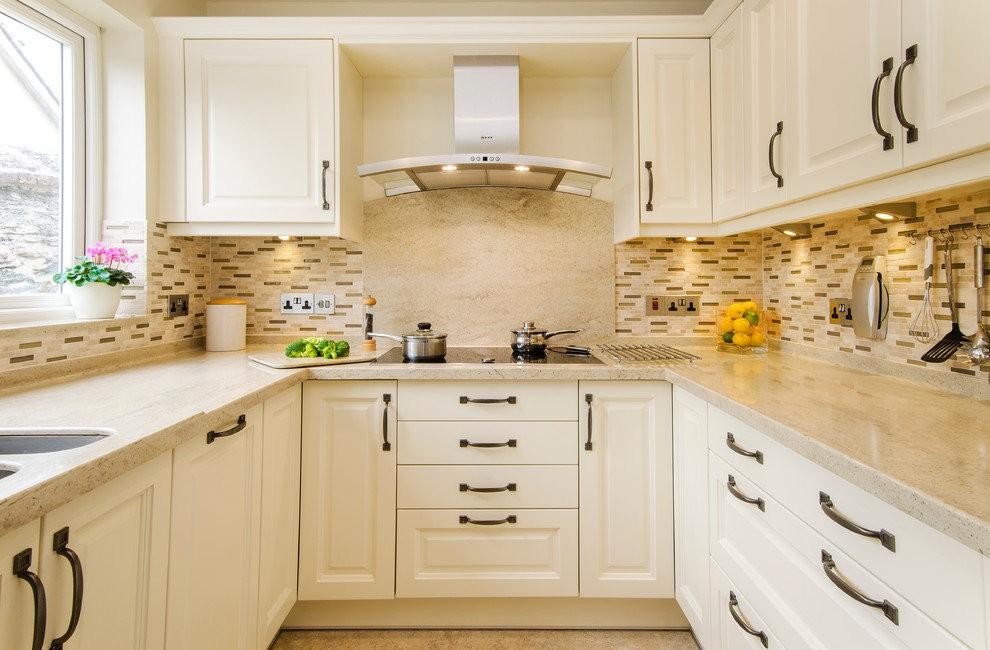Белая кухня П-образной конфигурации