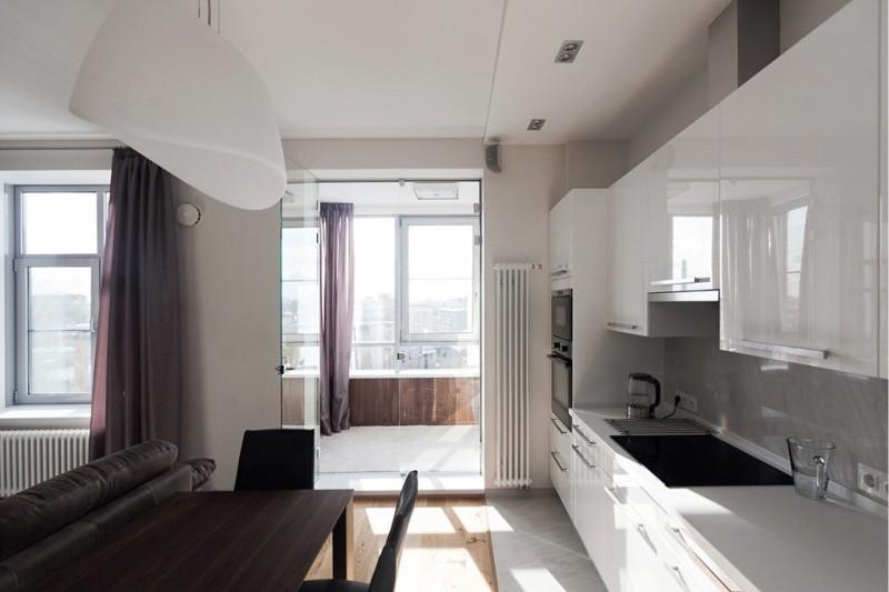 Белые фасады кухонного гарнитура с блестящими поверхностями