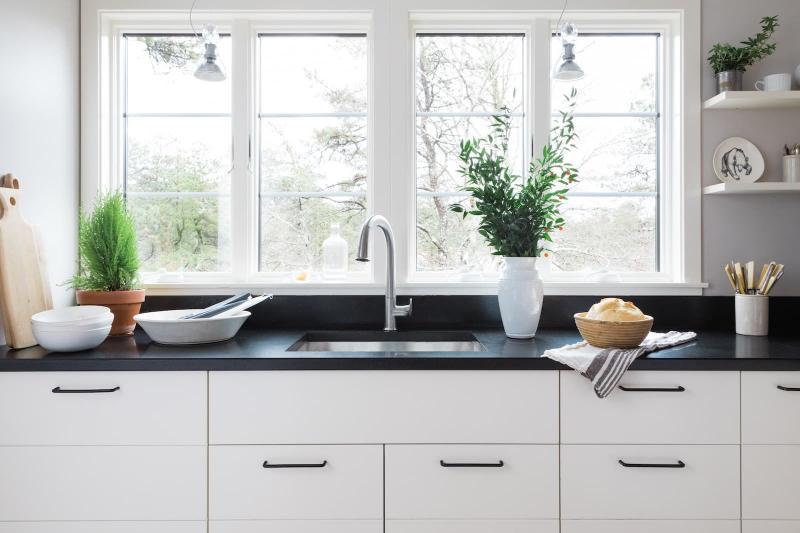 Пластиковое окно над кухонной мойкой