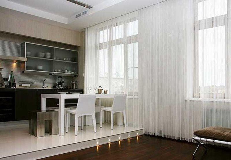 Полупрозрачные белые занавески в комнате с подиумом