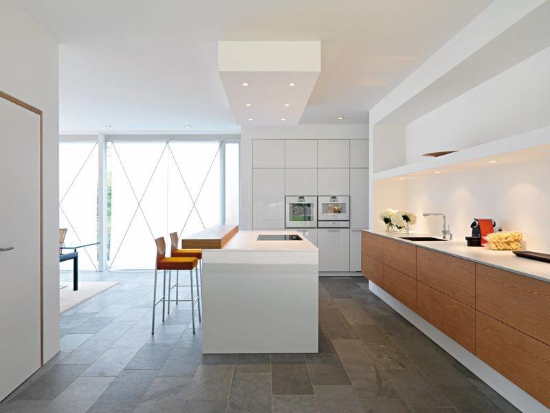 Белые стены кухни с панорамными окнами