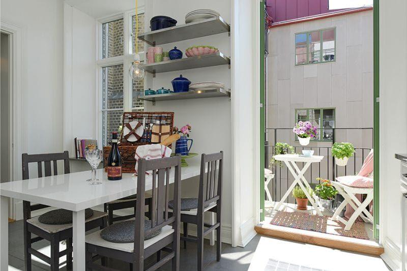 Открытые полки над кухонным столом