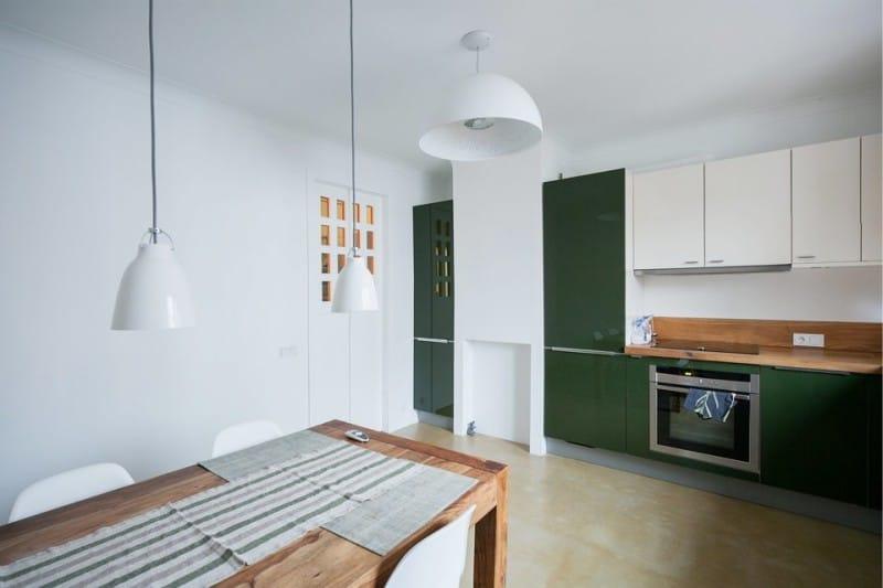 Зеленая мебель в кухне с белыми стенами