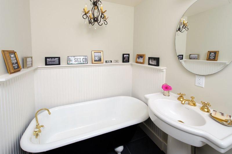 Полочка для декораций на белой стене ванной