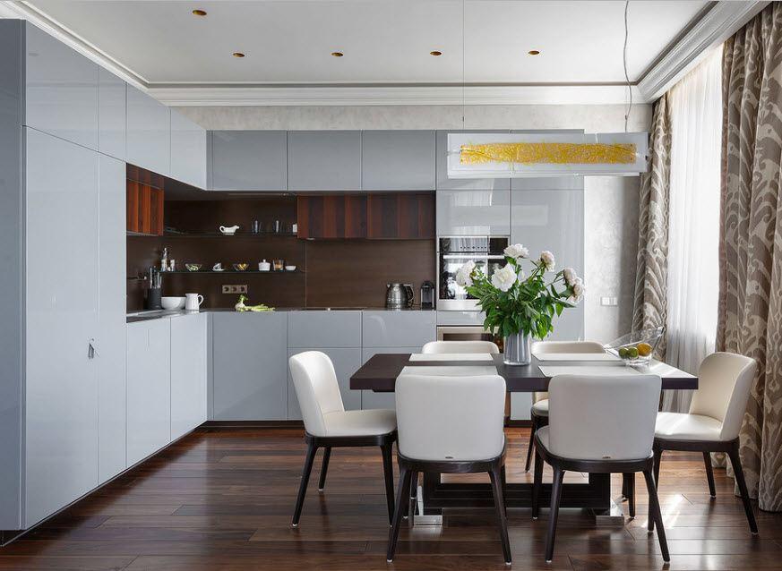 Угловой гарнитур с гладкими фасадами в кухне с ламинированным полом