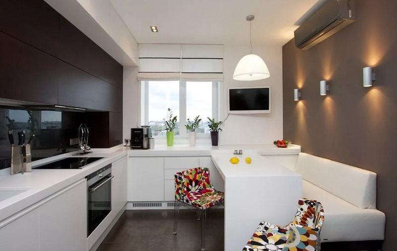 Белая мебель в кухне с диваном