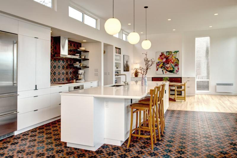 Кухонный остров с белыми поверхностями