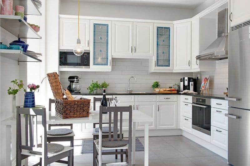 Угловая кухня в скандинавском стиле с белой мебелью